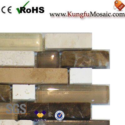 Бежевая мраморная мозаика со стеклянной полосой