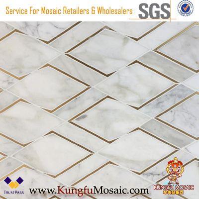 Mosaïque de marbre d'or de Calacatta avec le métal