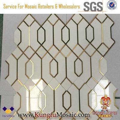 Weißes Marmormosaik mit goldenem Messing